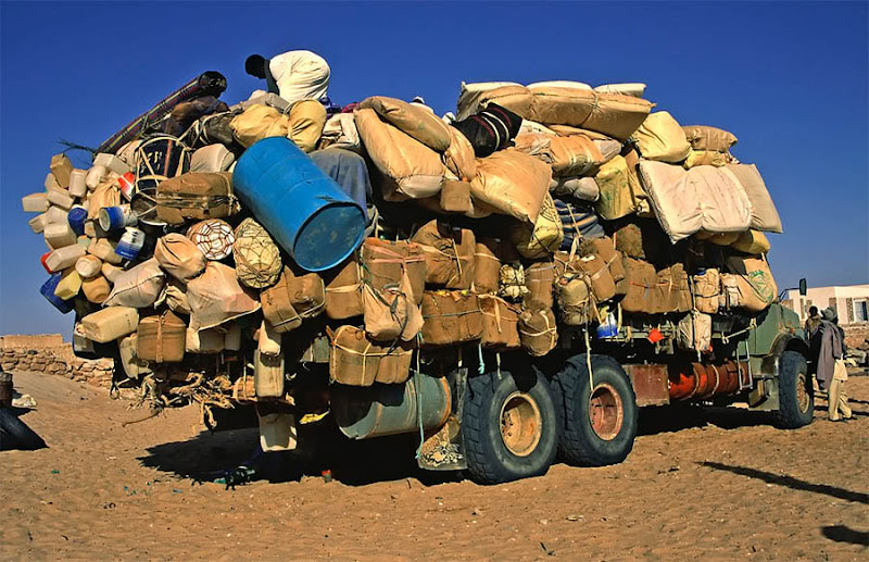 camion con grosso carico in africa