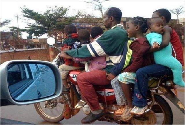 sette persone su una singola moto