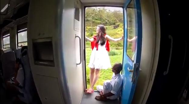 ragazza si spenzola dal treno in sri lanka