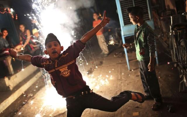 ragazzo a nuova delhi durante il diwali 2013