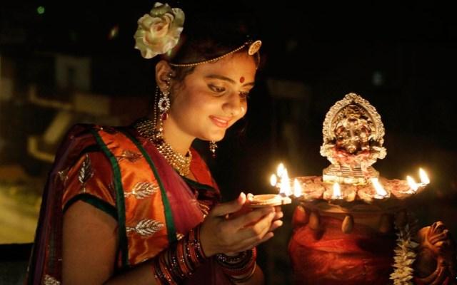 ragazza accede luce per il diwali