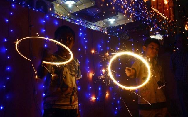 bambini in pakistan durante il diwali