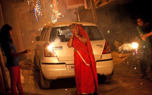 anziana indiana al diwali