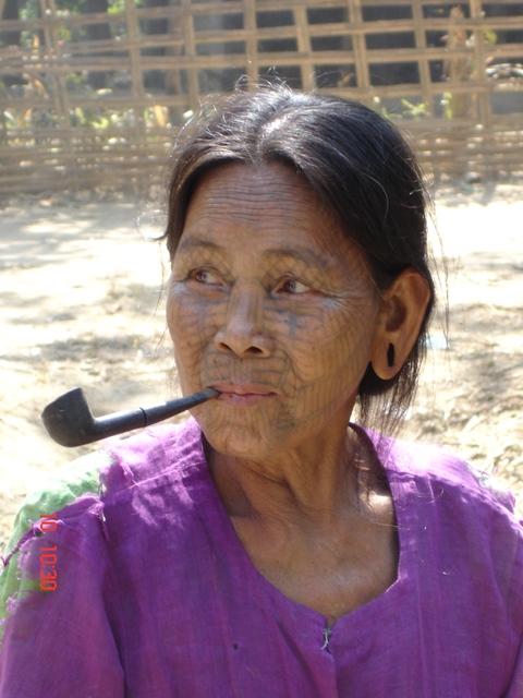 donna birmana tatuata